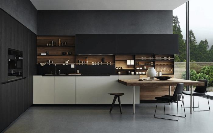 cuisine noir mat et bois, comment aménager une cuisine large aux murs de nuance gris anthracite avec grandes fenêtres vers le jardin