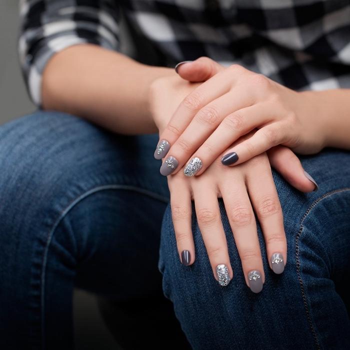 modele ongle gel de nuances grises avec décoration en paillettes argentées, nail art avec strass sur base grise