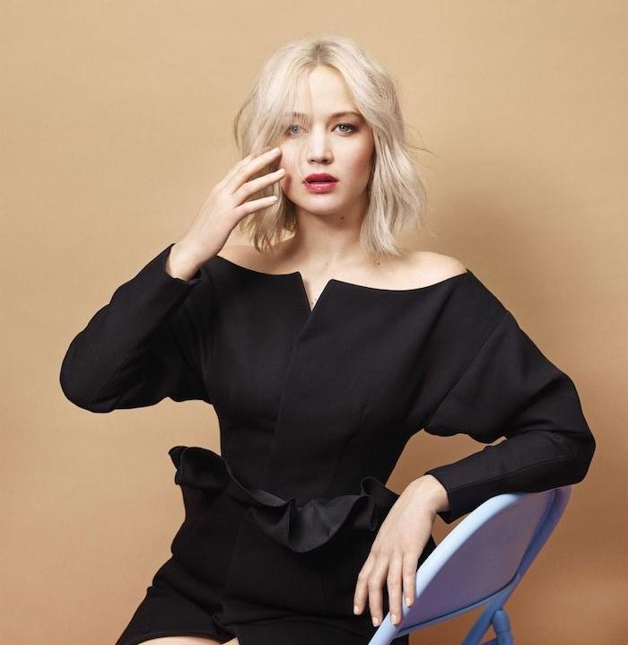 jennifer lawrence séance de photo, un carré plongeant long décoiffé sur des cheveux coueleur blond polaire et une robe noire