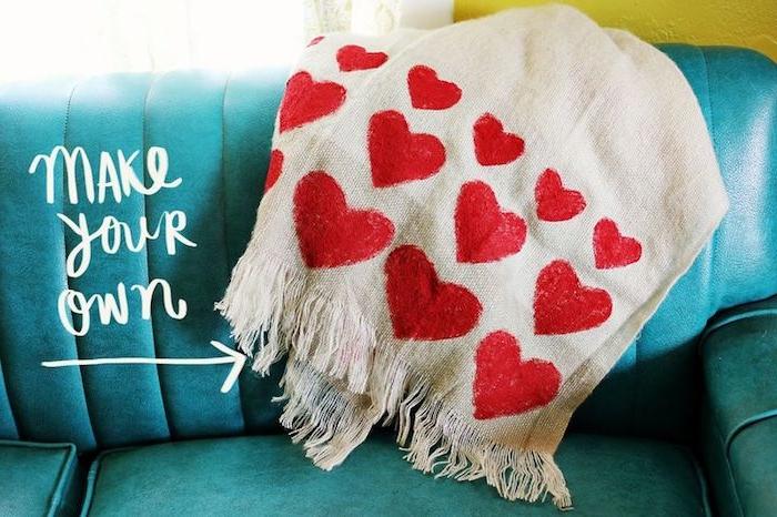 modele de jeté de canapé diy, couverture couleur blanc cassé décorée de coeurs en peinture rouge de tailles diverses