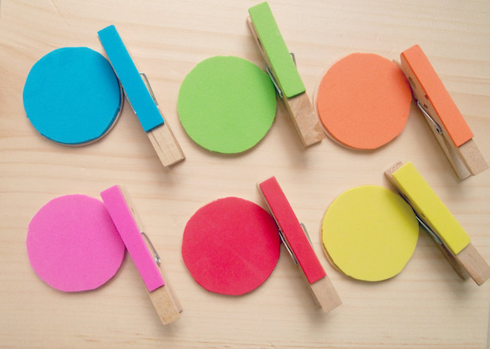 jeu d association de couleurs avec des cercles colorés en feutrine et des pinces à linge colorées, pédagogie montessori en crèche