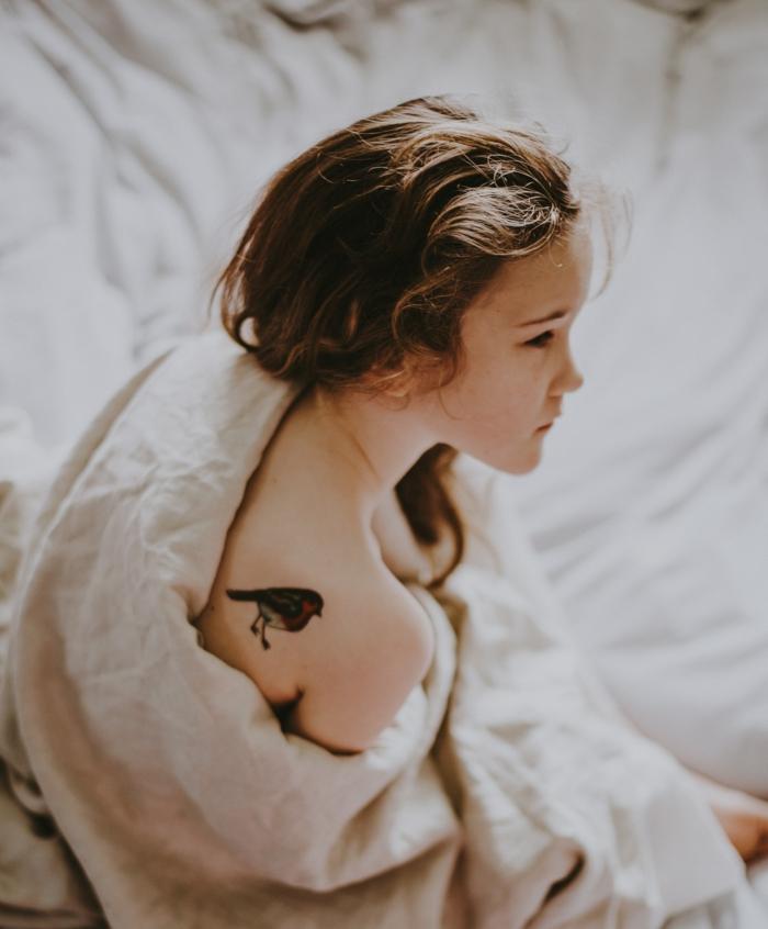 Quel tatouage bras homme ou tatouage bras femme petit oiseau sur l'épaule