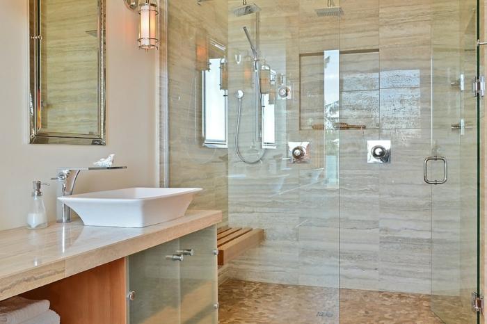 vasque à poser blanche, comptoir stylé, applique murale sophistiquée, carrelage en matériau naturel
