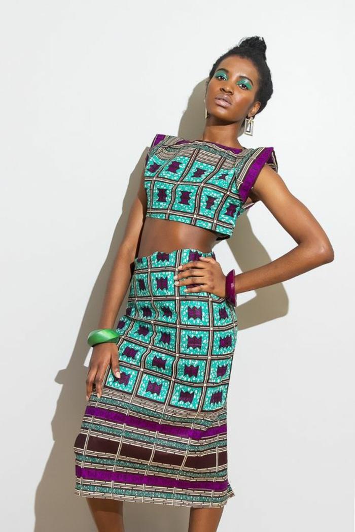 robe africaine deux pièces, top sans manches en leu pastel et fuchsia, robe longue sous les genoux, motifs carrés, style pop art