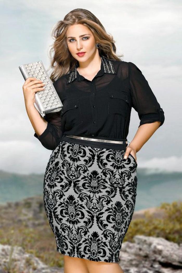 tenue ceremonie femme ronde, jupe crayon avec des motifs dentelle, ceinture très fine en couleur argent, chemisette semi-transparente avec col pointu en strass