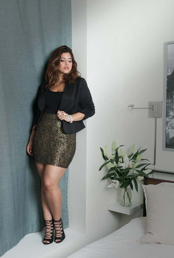 s habiller classe pour une sortie le soir, veste noire qui souligne la taille, jupe taille haute en strass couleur bronze, longueur mini, sandales sexy avec des lacets noirs
