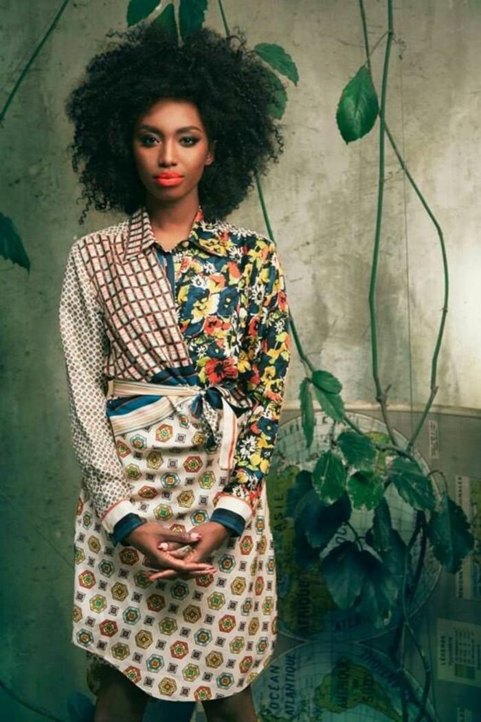 style décontracté, mode africaine, tunique avec la longueur aux genoux, avec un mix d'éléments décoratifs, fleuris, carreaux colorés et formes géométriques