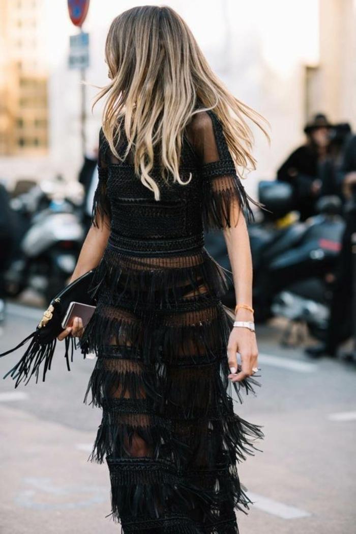 idée tenue soirée chic détail choc avec deux parties top et jupe près du corps longue, franges sur toute la longueur de la jupe et sur les manches courtes du top noir transparent