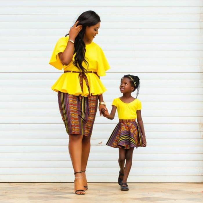 blouses en jaune pour mère et fille, jupes aux motifs africains, jupe droite pour maman et jupe type lambada pour la petite, vetement en wax, mode africaine