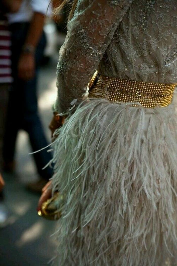 look brillant et glamour, chic détail choc, soirée chic, jupe en plumes d'autruche, ceinture large en métal imitation or, blouse en micro cristaux Swarovski
