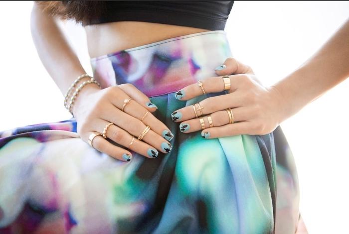 manucure pour les ongles courts avec vernis gel bleu clair et petits dessins en noir