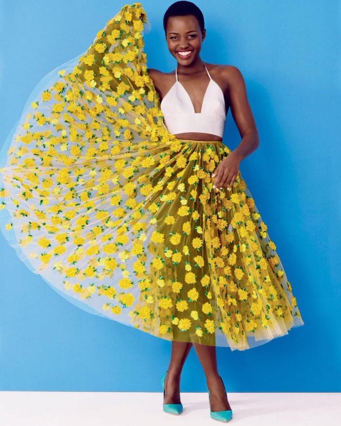 idée tenue femme à motif africain, modèle de jupe longue transparentes avec fleurs, tenue jupe et crop top avec bretelles