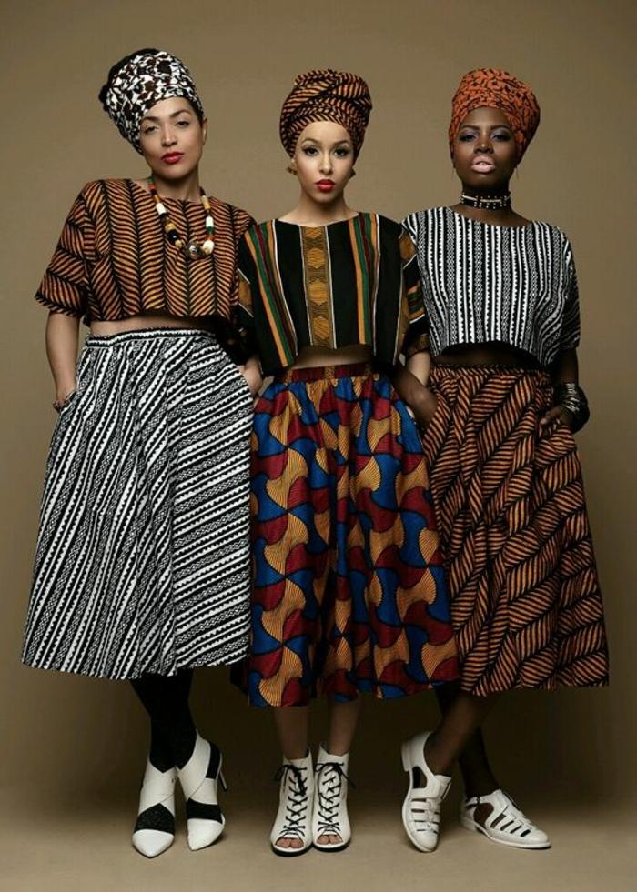 trois looks avec jupe africaine et turbans, trois blouses avec des demi-manches, chaussures blanches, pointues et avec des lacets