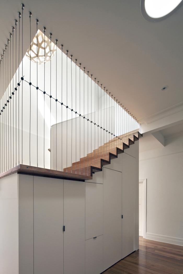 comment choisir meuble sous pente pour optimiser l'espace sous l'escalier, déco moderne et minimaliste en bois et blanc