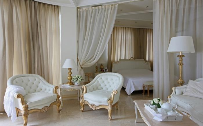 rideaux longs de couleur ecru dans chambre aménagée en style rétro baroque avec meubles blanc et or