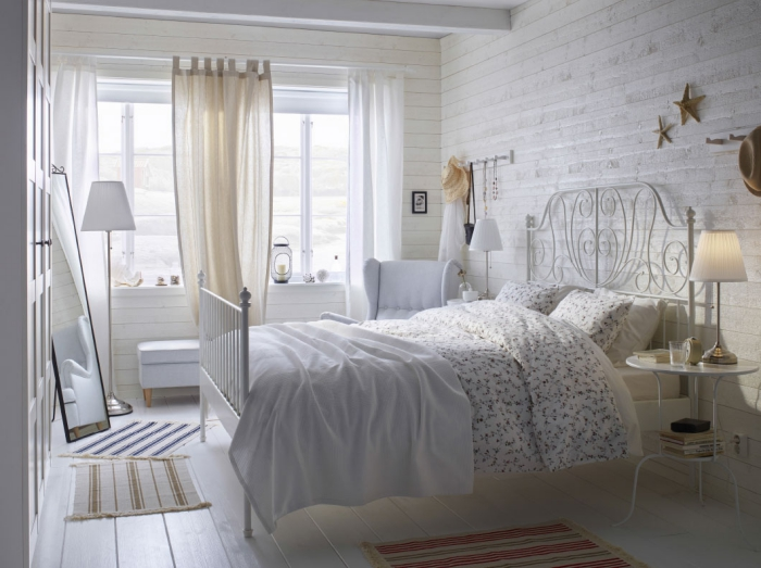 modèle de chambre à coucher avec décoration de style campagne en revêtement mural et plancher de bois clair