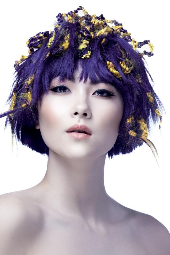 coupe de cheveux courts avec frange droite de couleur violine, coiffure avec dreadlocks violet et jaune