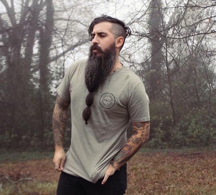 grande barbe tres longue et tatouages old school