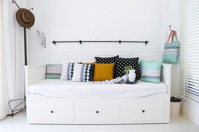 déco minimaliste et bohème avec banc en bois peint blanc et coussins diy en tissu vert pastel