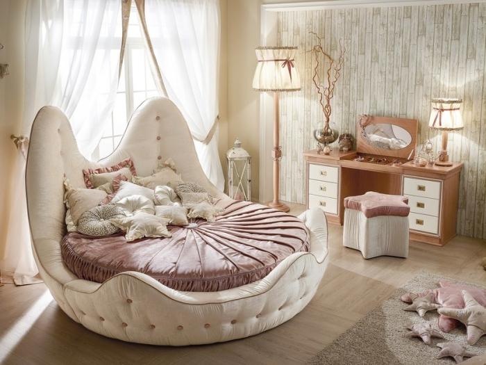 couleur ecru dans la chambre romantique avec lit rond et meubles vintage en bois clair, décoration en beige et rose poudré