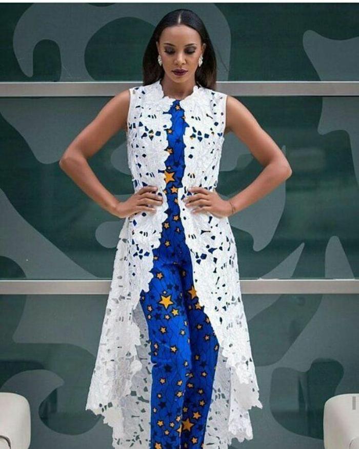manteau blanc ajouré, sans manches, avec des motifs fleuris, motif africain, combinaison bleue, avec des étoiles jaunes de taille diverse