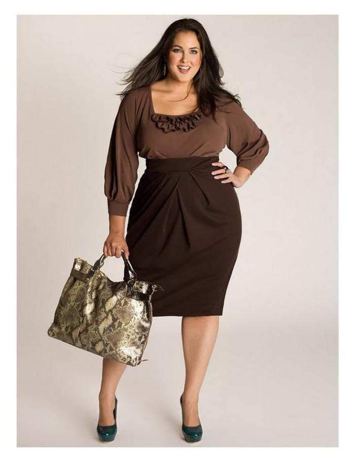 jupe crayon femme ronde en marron, avec taille haute et avec des effets drapés, blouse manches longues avec des mini volants sous le décolleté carré