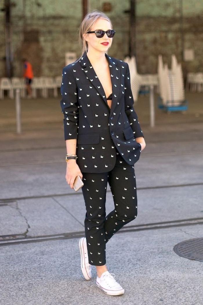 look décontracté en tailleur de coupe garçonne en tissu imprimé avec veste qui laisse apparaître le soutien-gorge