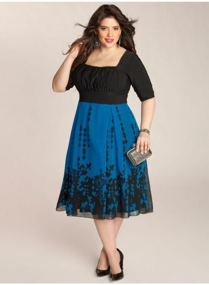 robe amincissante en noir et bleu royal, haut avec des manches 3-4 et décolleté carré, buste mis en valeur avec des effets drapés, micro sac pochette en style rétro avec fermoir avec deux boules en couleur argent