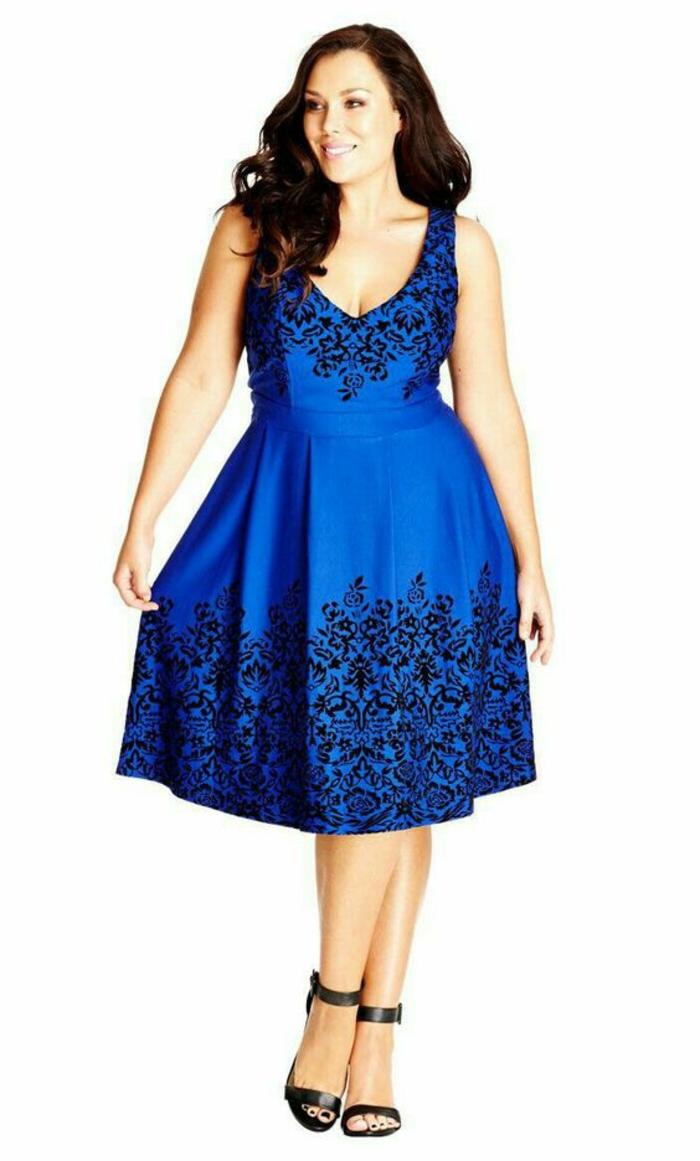 robe longue femme ronde, bleu marin avec des arabesques en dentelles noires, décolleté en V, robe sans manches, longueur mi-genoux