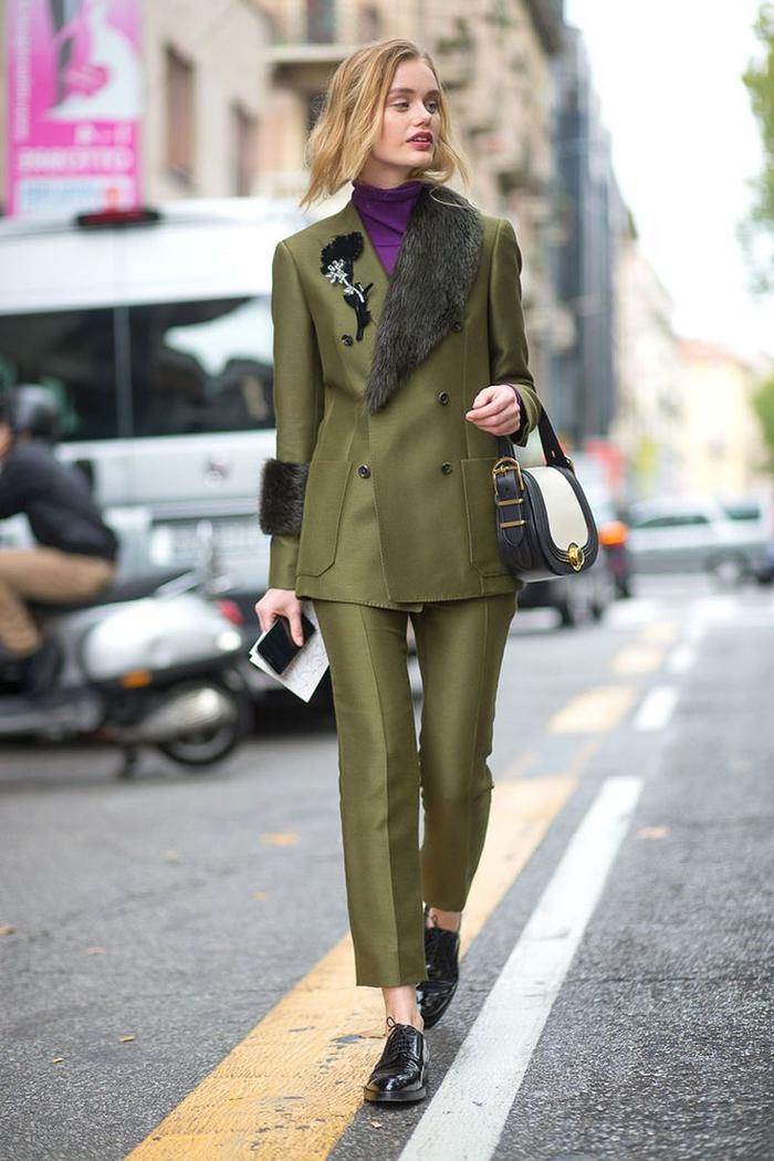 tenue femme chic pour l'hiver en tailleur vert kaki aux détails fourrure sur le haut