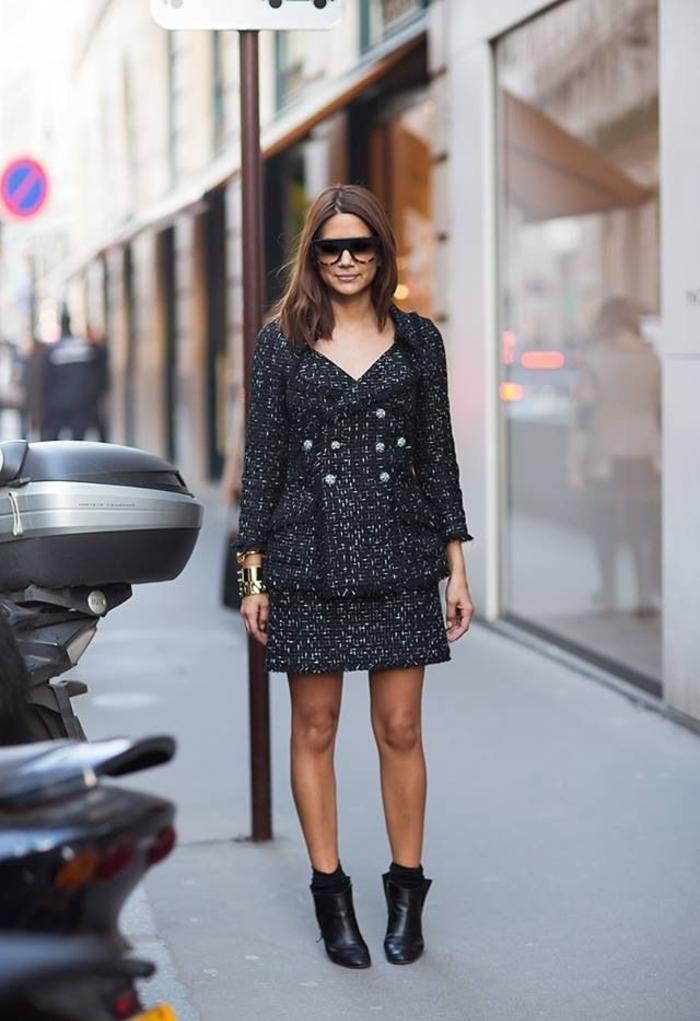 un tailleur jupe femme de tweed gris combiné avec des bottines en cuir et des lunettes de soleil avec cadre complet