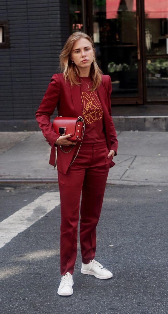 look monochrome décontracté en couleur bordeaux, ensemble avec blazer et pantalon combiné avec un t-shirt graphique et des baskets blancs