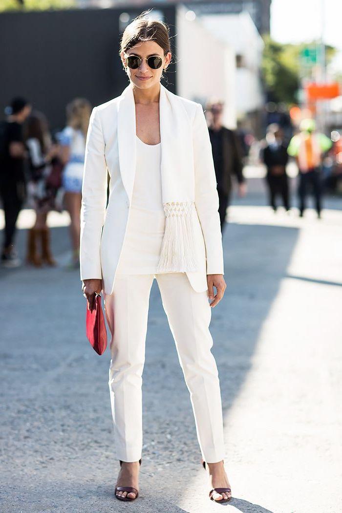 tenue classe femme en total look blanc avec tailleur élégant de coupe simple agrémenté d'écharpe