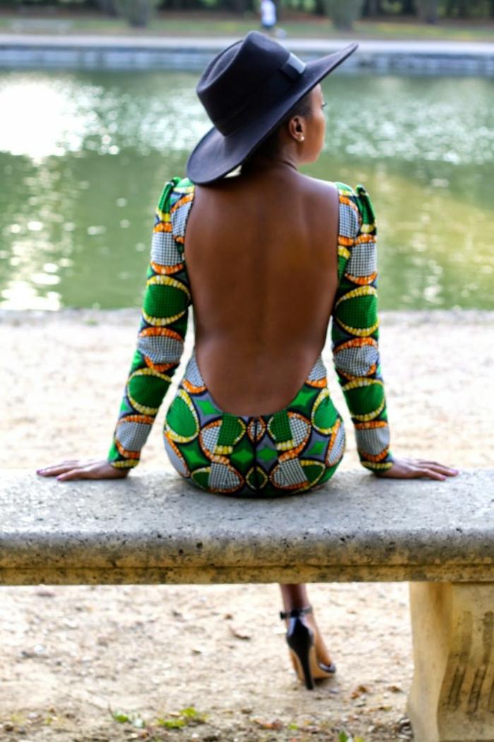 robe moulante femme au dos nu, en vert, orange et jaune, tenue africaine femme, large capeline noire, manches longues et moulantes pour la robe