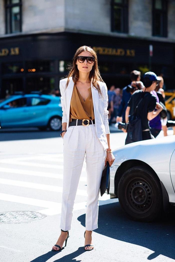 une vision élégante et professionnelle en tailleur femme blanc et des accessoires noirs idéal pour l'été et le printemps
