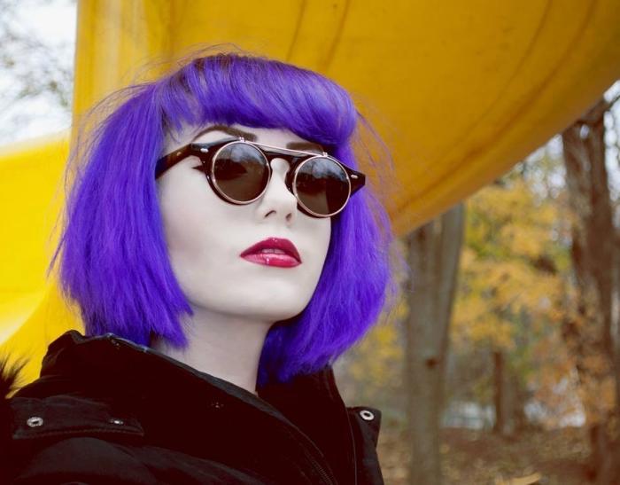 coloration tendance 2018 ultra violet, coupe de cheveux mi-longs avec frange de couleur violette