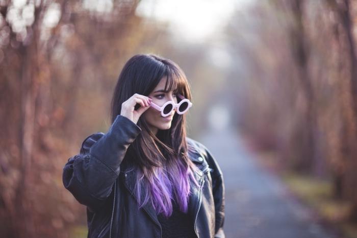 coupe de cheveux mi-longs avec frange de couleur naturelle marron, coiffure avec extensions clips de nuance violet pastel