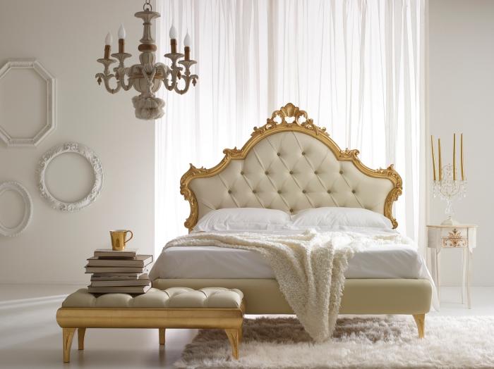 style baroque dans la chambre adulte avec un lit beige et meubles de finitions métalliques, décoration des murs blancs avec cadres photo vintage