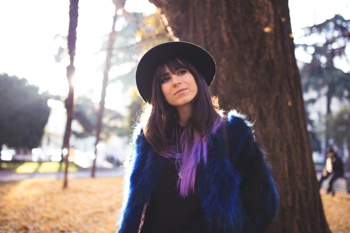 tendance teinture cheveux avec la technique tie and dye, cheveux mi-longs châtain foncé avec extensions de couleur violet pastel