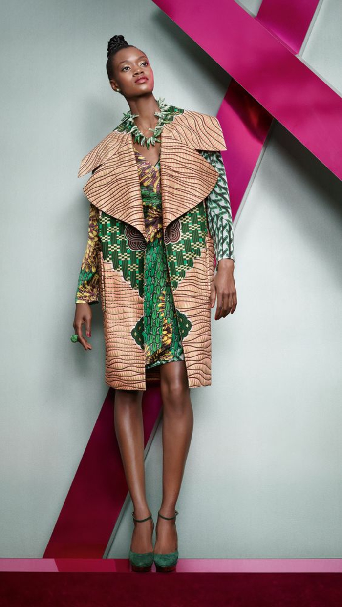 manteau en couleur rose poudré et vert, revers très large, tenue africaine, longueur au genou, couleurs assorties avec celles de la robe en dessous