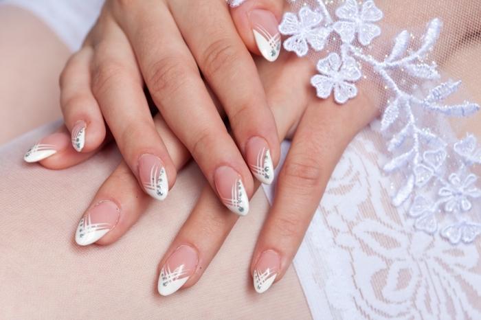 modèle de manucure de mariée, ongle gel à design manucure française aux lignes argentées