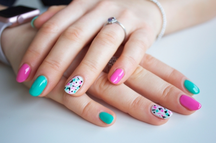 capsule ongle pour rallonger les ongles courts, vernis gel de couleur rose et vert avec dessin sur l'annulaire