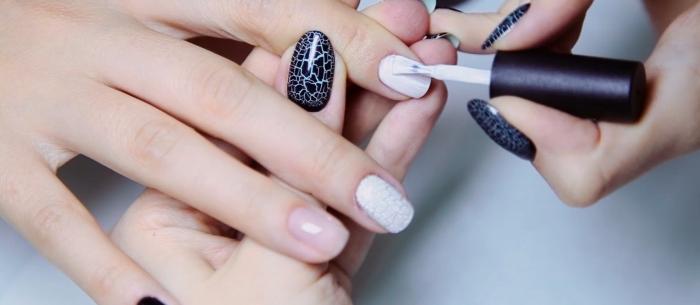 nail art pour ongle gel de couleur blanc à design briques blanches et marbre, comment appliquer un vernis gel