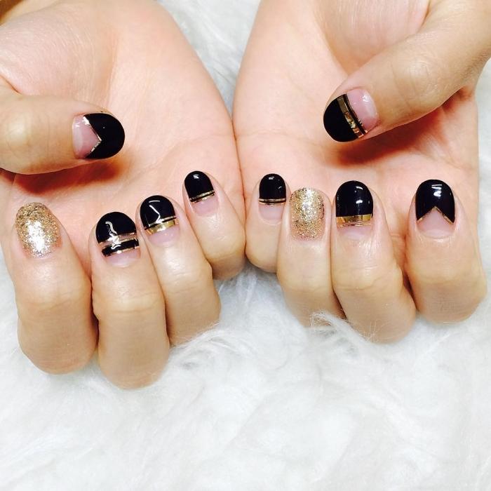 idée comment combiner le vernis gel noir et or, nail art pour ongles gel courts à décoration en lignes et paillettes dorées