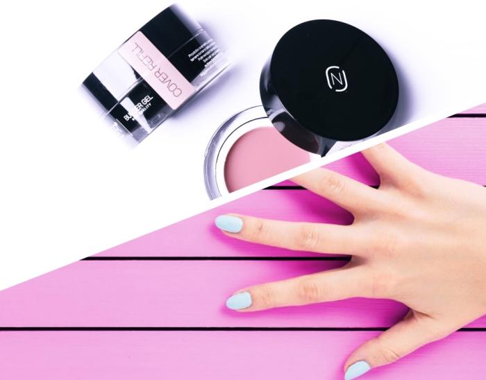 mains féminins aux ongles mi-longs naturels peints en couleur bleu pastel, produits cosmétiques pour rallonger ses ongles en gel