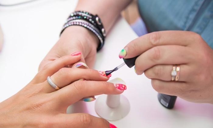 comment appliquer un vernis gel et réaliser une décoration nail à design étoiles sur base rouge