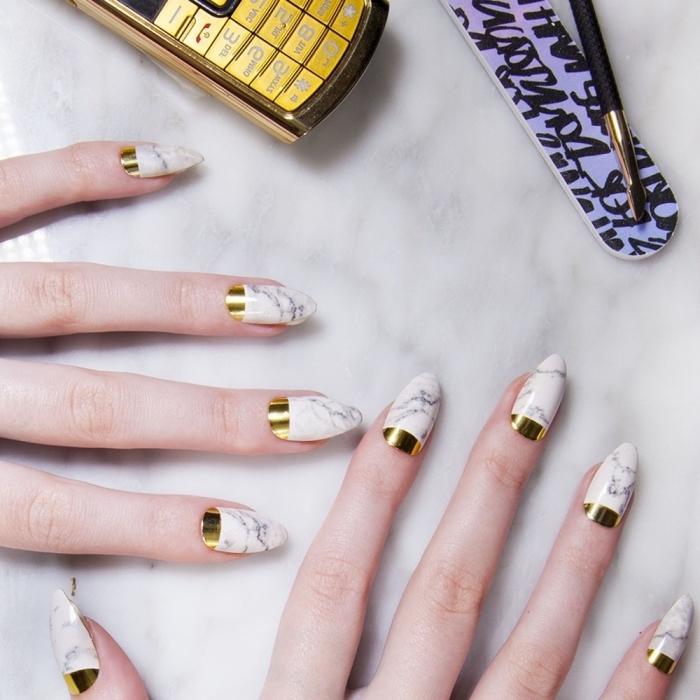 modele ongle gel à design marbre blanc et gris avec décoration dorée, extensions acryliques pour avoir ongles longs