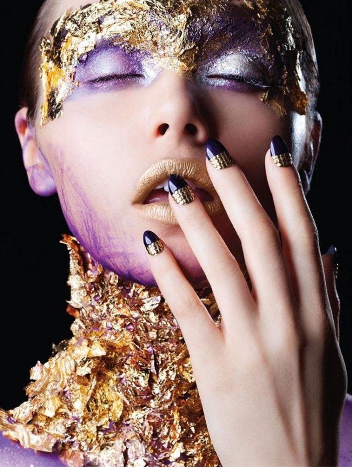 choisir un gel pour ongle de couleur violet avec décoration nail à design strass dorés, maquillage avec fards à paupières violet et lèvres dorés