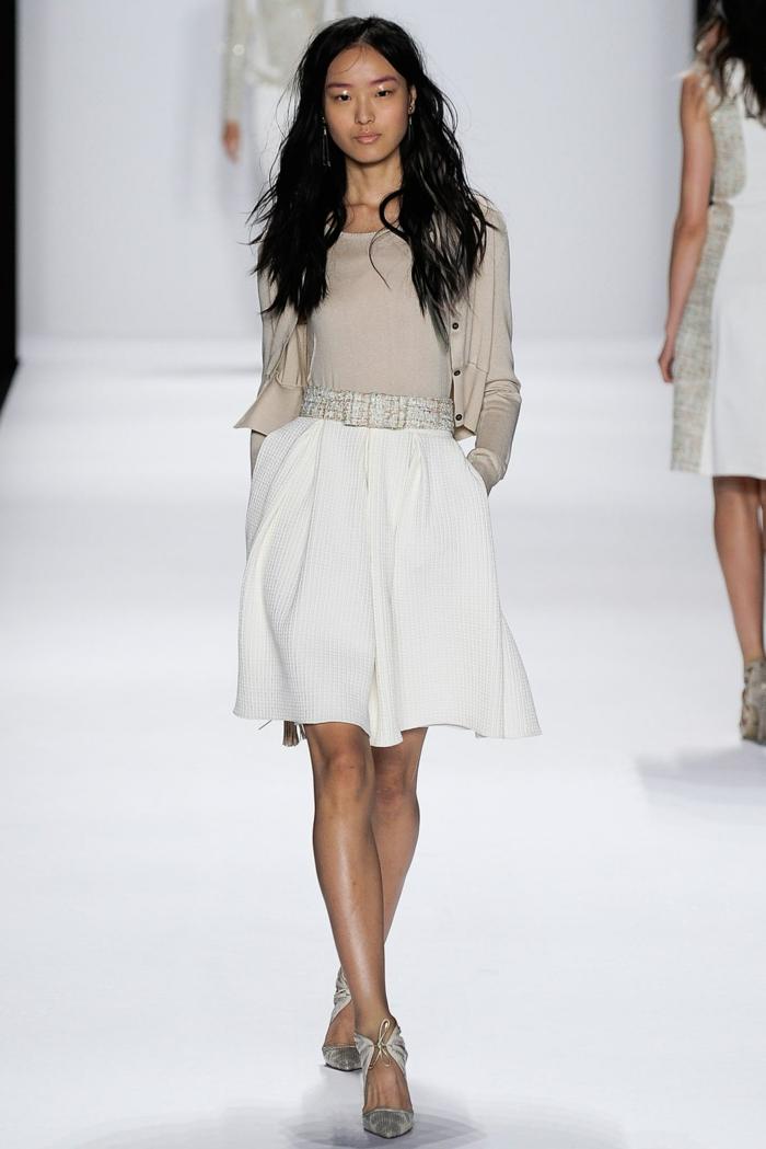 Tenue de soirée femme pantalon pour mariage jupe courte blanche top beige tenue stylée chaussures à talon élégantes