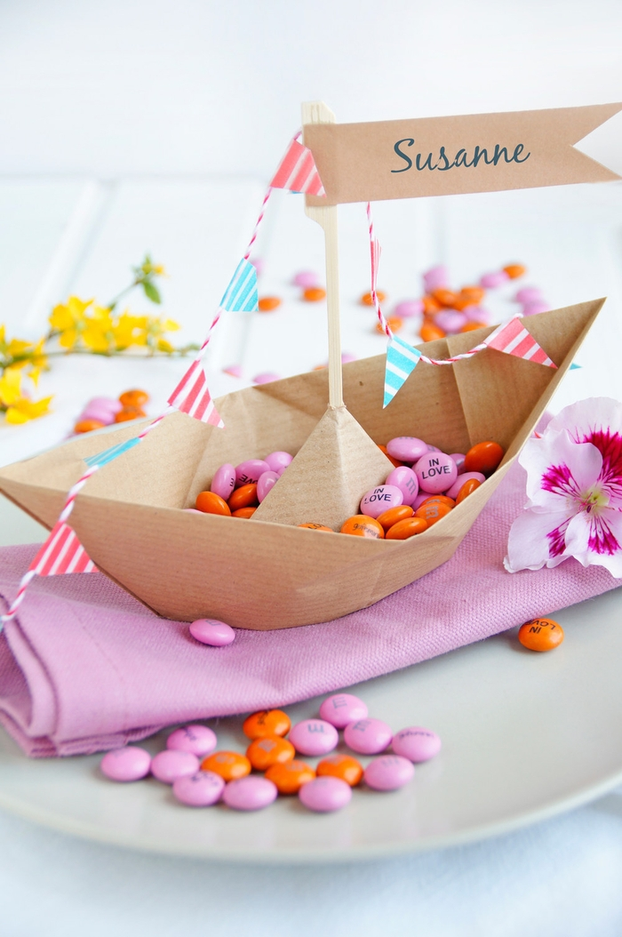 idée pour une déco de table comme bateau origami en papier kraft, un marque-place mariage à réaliser soi-même en papier